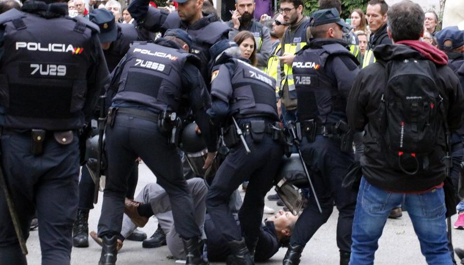 Una de les moltes càrregues policials l'1-O.