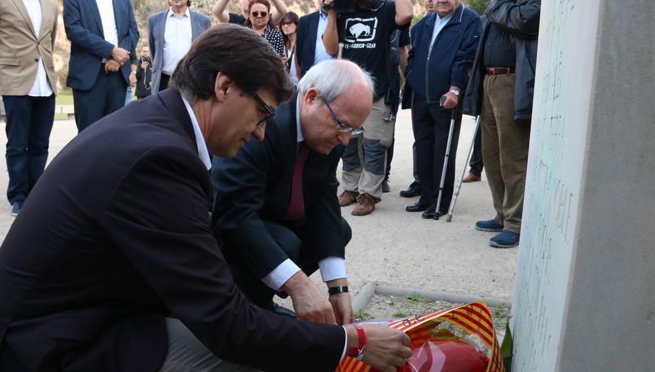 El secretari d'Organització del PSC, Salvador Illa, i l'expresident José Montilla en l'ofrena al Monument als Immolats.