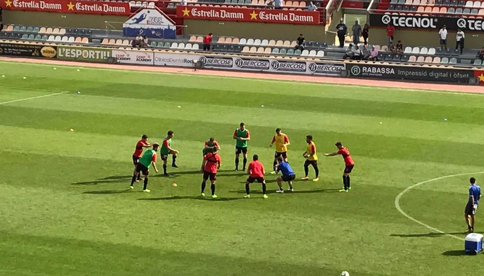 Els jugadors del CF Reus, durant l'escalfament.