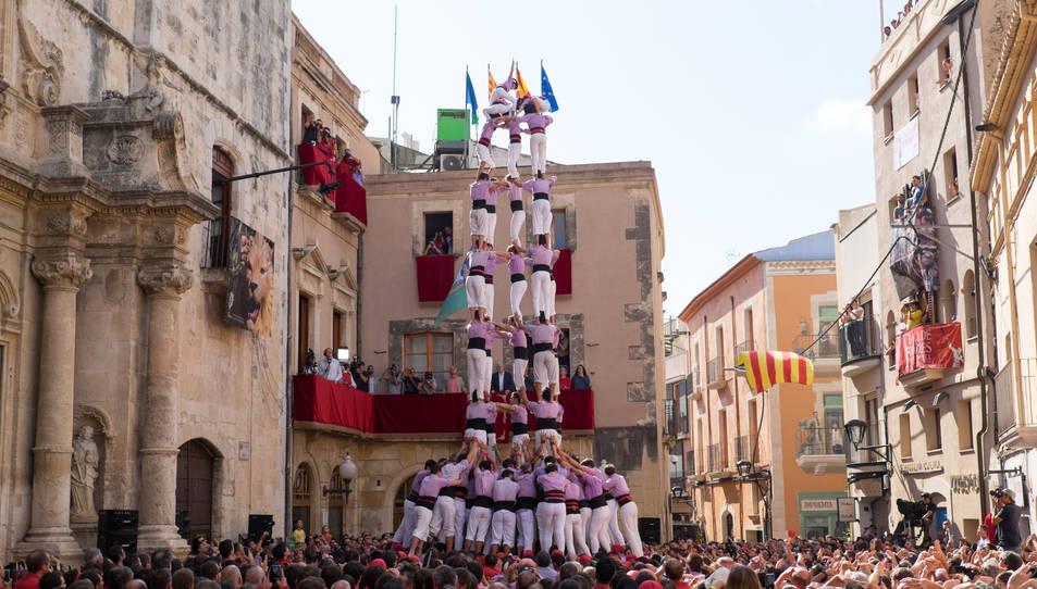5de9 amb folre de la Colla Jove Xiquets de Tarragona a la diada de Santa Teresa del Vendrell