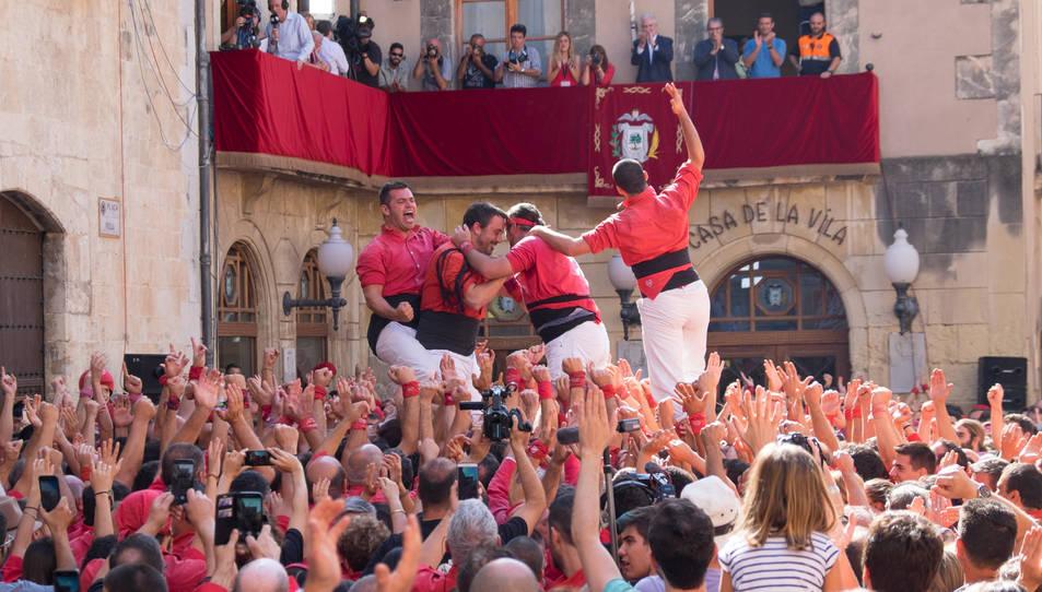 Membres de la Colla Joves Xiquets de Valls celebrant haver descarregat el 2de8 sense folre al Vendrell