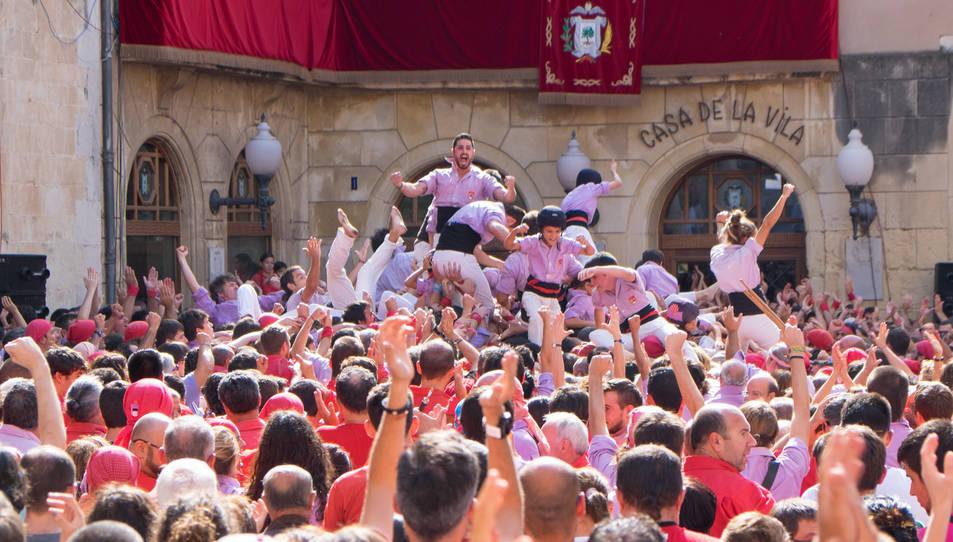 Membres de la Colla Jove Xiquets de Tarragona celebrant haver carregat el 4de9 sense folre al Vendrell