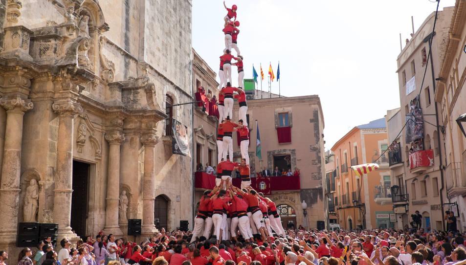 3de9 amb folre de la Colla Joves Xiquets de Valls a la diada de Santa Teresa del Vendrell