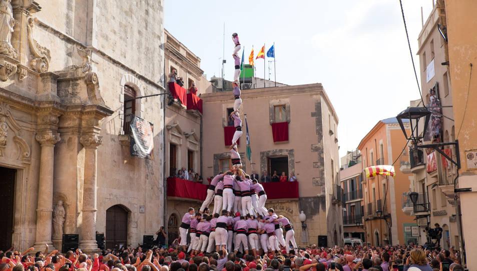 Pilar de 8 amb folre i manilles de la Colla Jove Xiquets de Tarragona a la diada de Santa Teresa del Vendrell