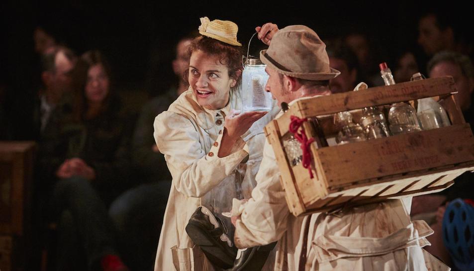 L'espectacle, de teatre gestual i en clau de clown, està adreçat al públic familiar.