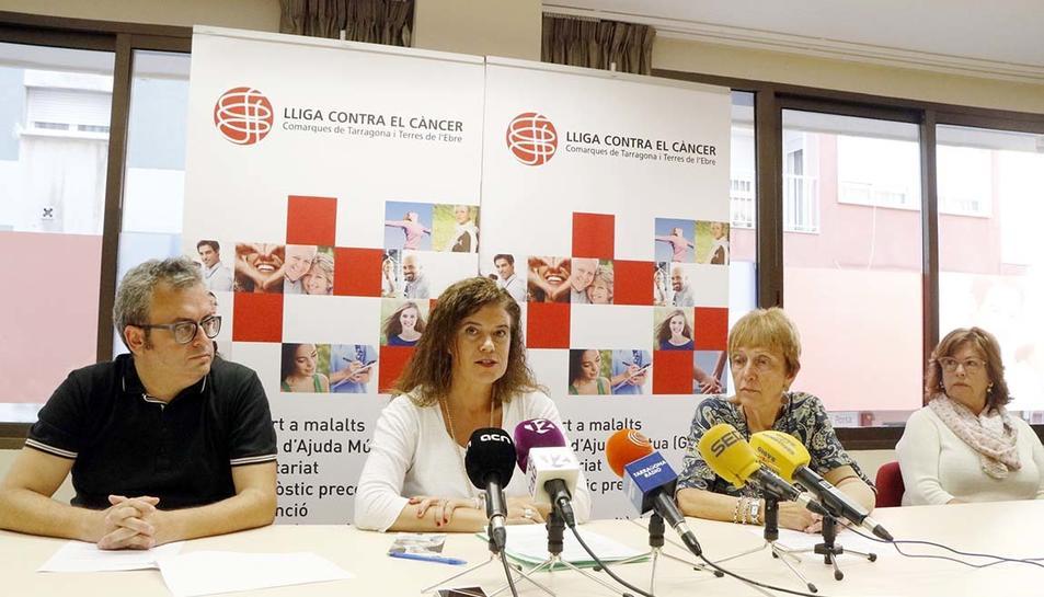 David Ortega, Francina Saladié, Lídia Pascual i Joana Carrasco, durant la roda de premsa de la Lliga contra el Càncer de les comarques de Tarragona i Terres de l'Ebre.