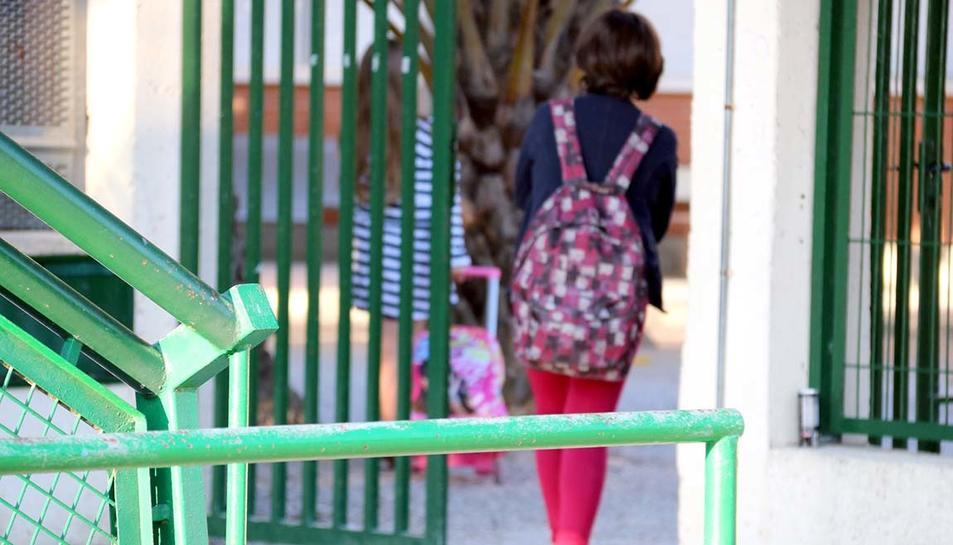Imatge d'arxiu de l'accés a un centre escolar a Catalunya