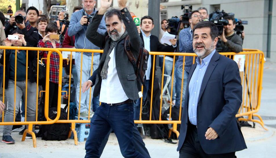 Jordi Cuixart i Jordi Sànchez, en el moment de la seva arribada a l'Audiència Nacional per declarar per sedició, aquest 16 d'octubre.