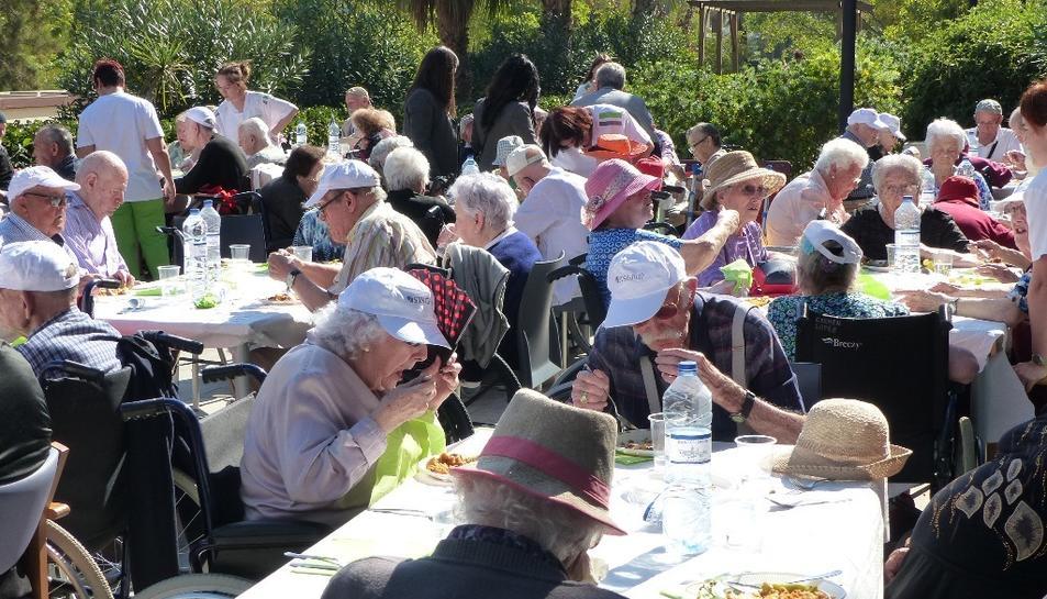 Els residents celebrant aquest dinar de germanor.