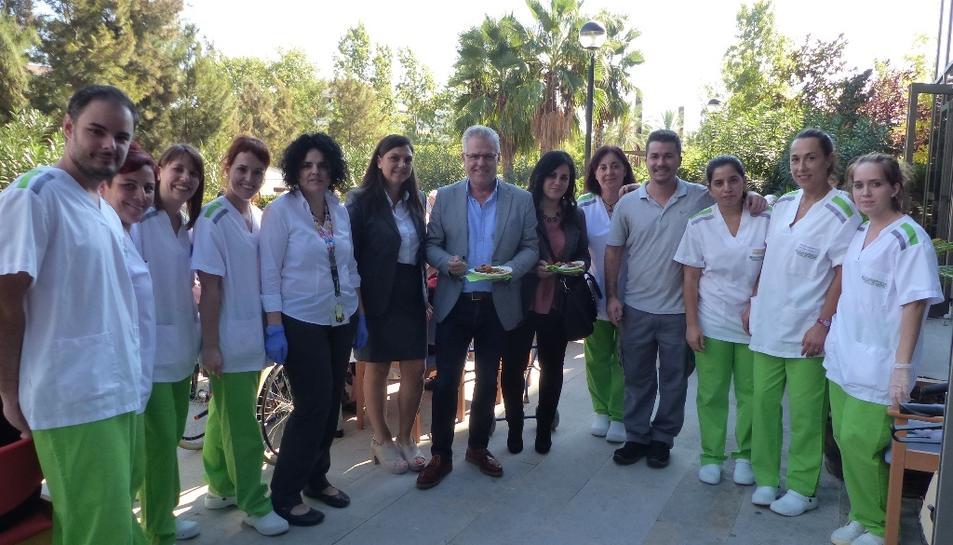 L'alcalde Pere Granados i la regidora Estela Baeza amb treballadors de la residència STS Grup de Salou.