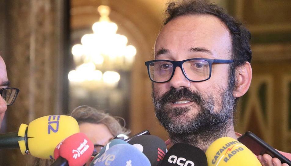 El diputat de la CUP Benet Salellas atén els mitjans als passadissos del Parlament