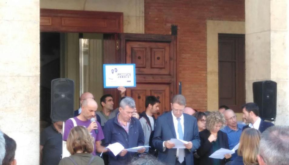Imatge de la concentració en suport a Sànchez i Cuixart davant l'Ajuntament de Tortosa.