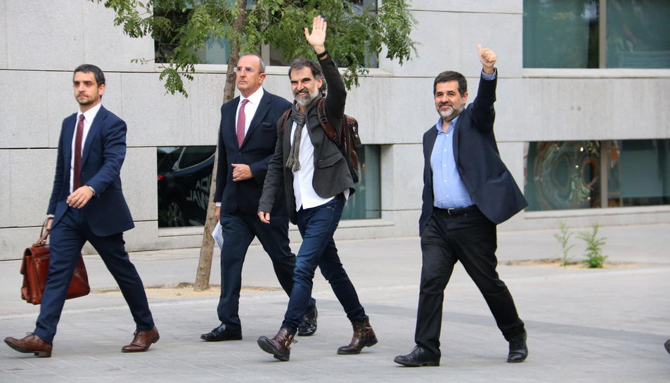 Els presidents d'Òmnium Cultural i l'ANC, Jordi Cuixart i Jordi Sànchez, arribant a l'Audiència Nacional aquest 16 d'octubre.