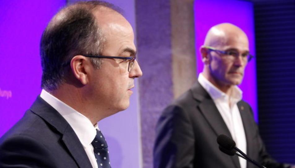 El portaveu del Govern, Jordi Turull, i el conseller d'Exteriors, Raül Romeva, en roda de premsa el 17 d'octubre de 2017.