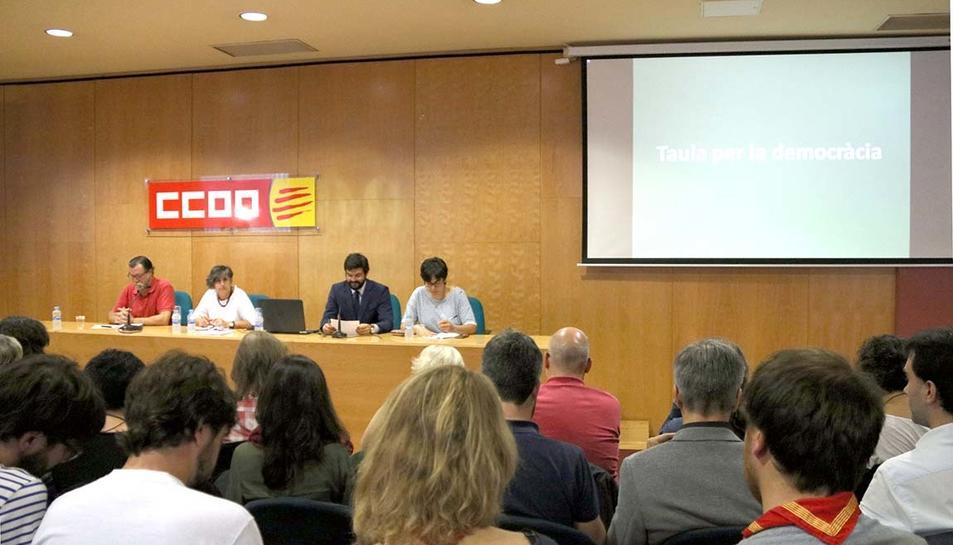 Adherits i membres del grup impulsor de la Taula per la Democràcia, en la reunió de la plataforma.