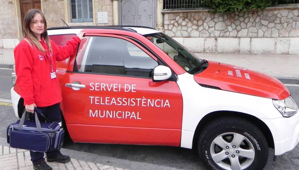 Imatge d'arxiu d'una prestadora del Servei de Teleassistència Municipal de Reus amb una unitat mòbil.