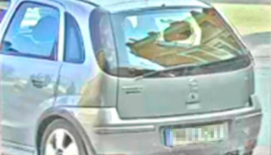 Imatge del cotxe des d'on l'individu va cometre l'estreba al Vendrell.