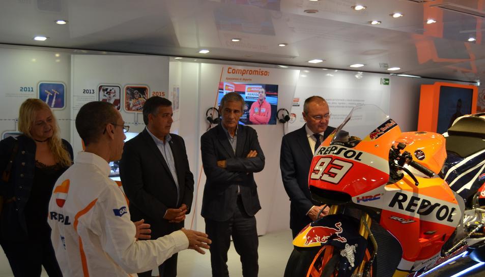 L'alcalde, Carles Pellicer; el regidor d'Esports, Jordi Cervera; i el responsable de Comunicació de Repsol, Josep Bertran, en la visita.