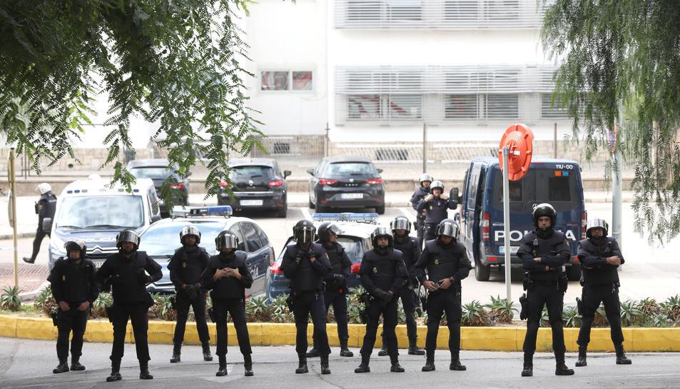 Desplegament de la Policia Nacional al davant de la comissaria, ubicada al costat de la llar d'infants, el dia 3 d'octubre.