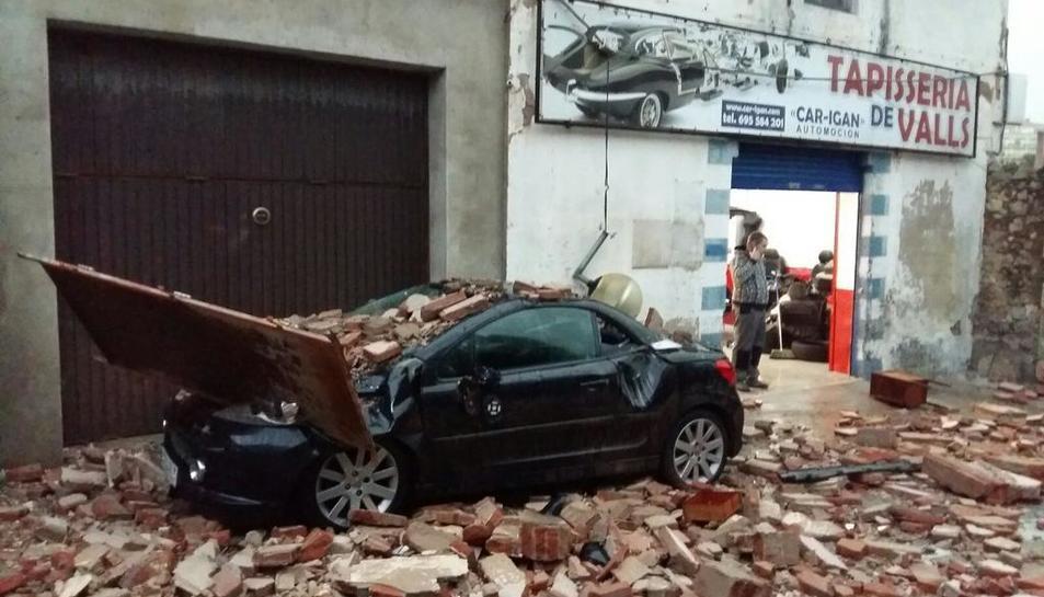 La forta tempesta de pluja i vent que aquest dimecres ha afectat al Camp de Tarragona ha deixat un rastre de desperfectes que moltes poblacions.