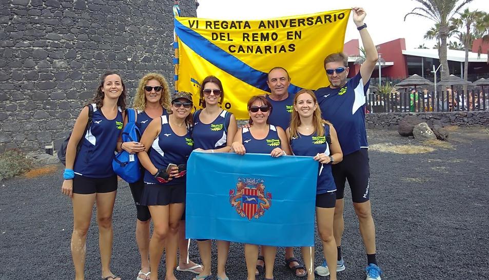 Fotografia de grup dels membres de Vogadors de Vent d'Estrop de Cambrils que van participar en la regata a Fuerteventura.