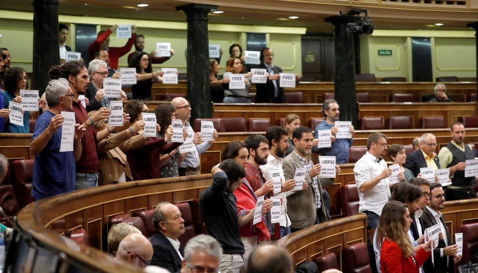 Els diputats de Podem, ERC i PDeCAT mostrant cartells de suport a Cuixart i Sànchez al Congrés.