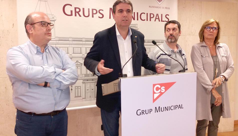 El portaveu de Ciutadans a Reus, anunciant les denúncies.
