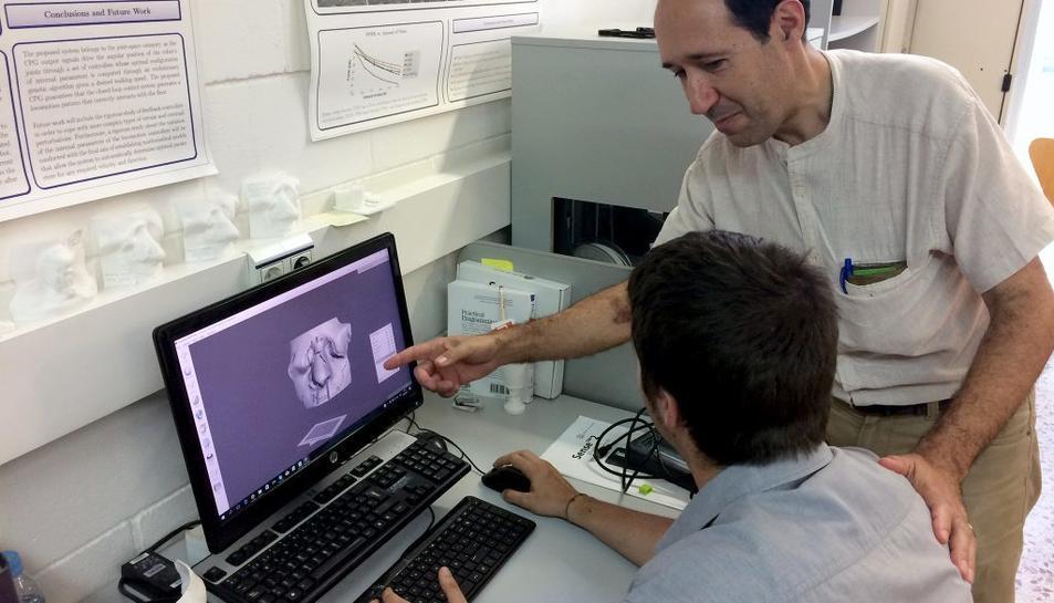 Els investigadors Domènec Puig i Andreu Sintas dissenyant la màscara en 3D.
