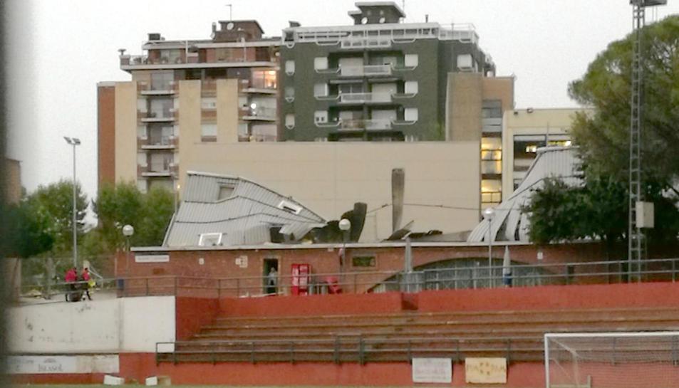 Imatge de la pista coberta del Vilar de Valls enfonsada per la tempesta.