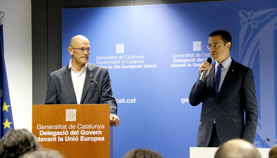 El conseller d'Afers Exteriors, Raül Romeva, amb el representant de la Generalitat de Catalunya davant la Unió Europea, Amadeu Altafaj.