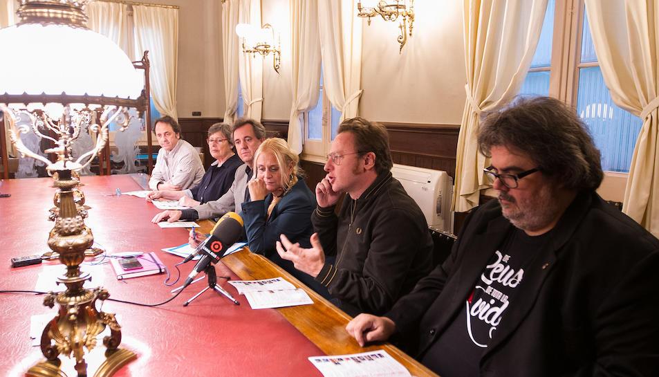 El líder de Mishima David Carabén durant la roda de premsa. A la seva esquerra, Carles Ivan Borràs.