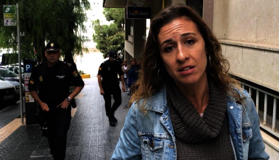 Laia Estrada, regidora de la CUP, mentre enregistrava el comunicat davant la llar d'infants.