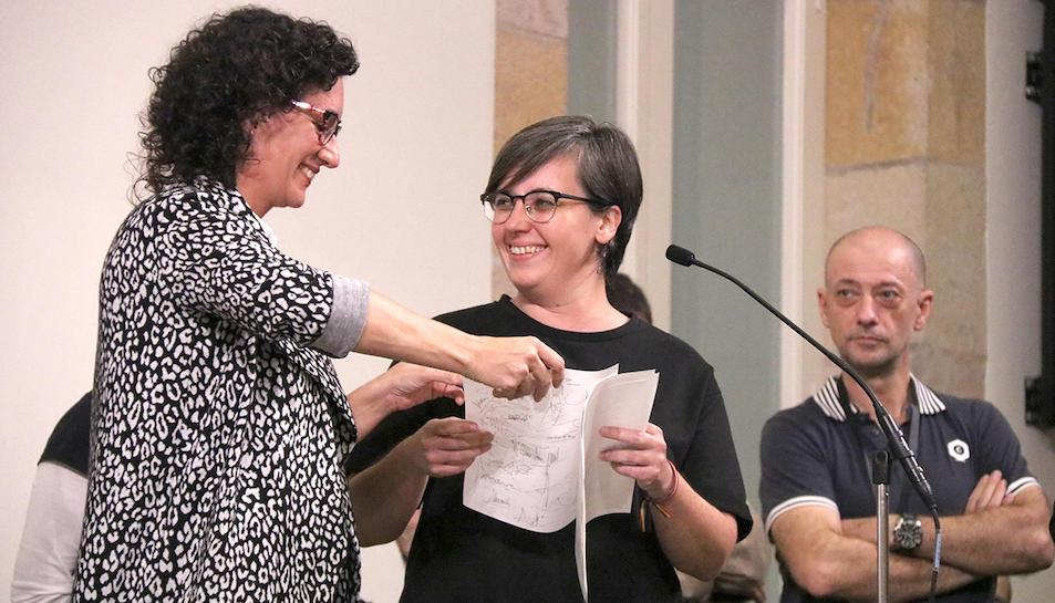 Marta Rovira (JxSí) ajuda amb els papers a la diputada de la CUP, Mireia Boya, durant la lectura de la Declaració d'Independència, el 10 d'Octubre de 2017.
