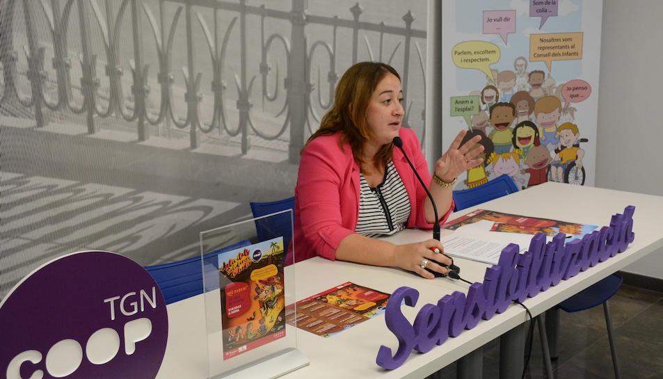 La consellera de Joventut i Cooperació, Ivana Martínez, en la roda de premsa de presentació de la programació d'activitats solidàries de tardor.
