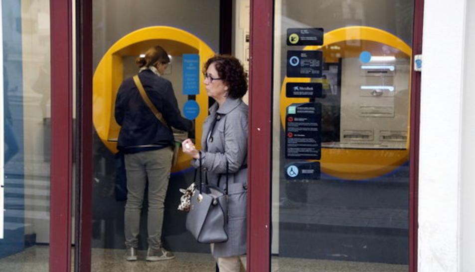 Degoteig de clients a les oficines bancàries de Reus per retirar diners en efectiu