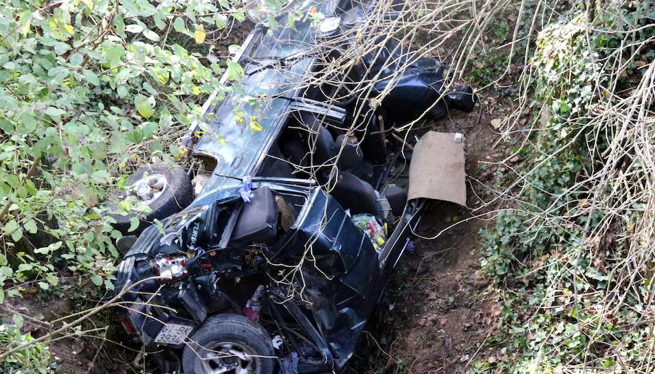 Imatge del cotxe de la víctima bolcat.