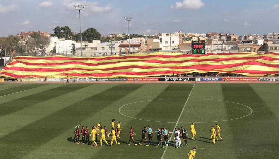 Imatge de la senyera gegant desplegada a la graderia de l'Estadi Municipal al partit contra l'Osasuna.
