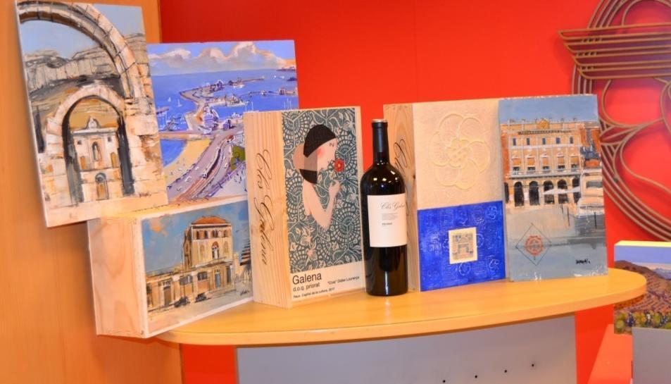 Les caixes de vi estan pintades amb temes que evoquen el paisatge del Camp de Tarragona.
