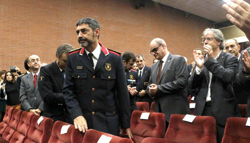 El major dels Mossos d'Esquadra, Josep Lluís Trapero, alçat després de rebre un esclat d'aplaudiments dels assistents.