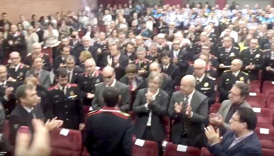 Captura del vídeo on es veu l'ovació que ha rebut el major Trapero.