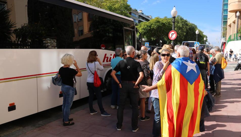 Pla obert d'un autobús a punt de marxar cap a la manifestació de Barcelona des de Tarragona. Imatge del 21 d'octubre de 2017