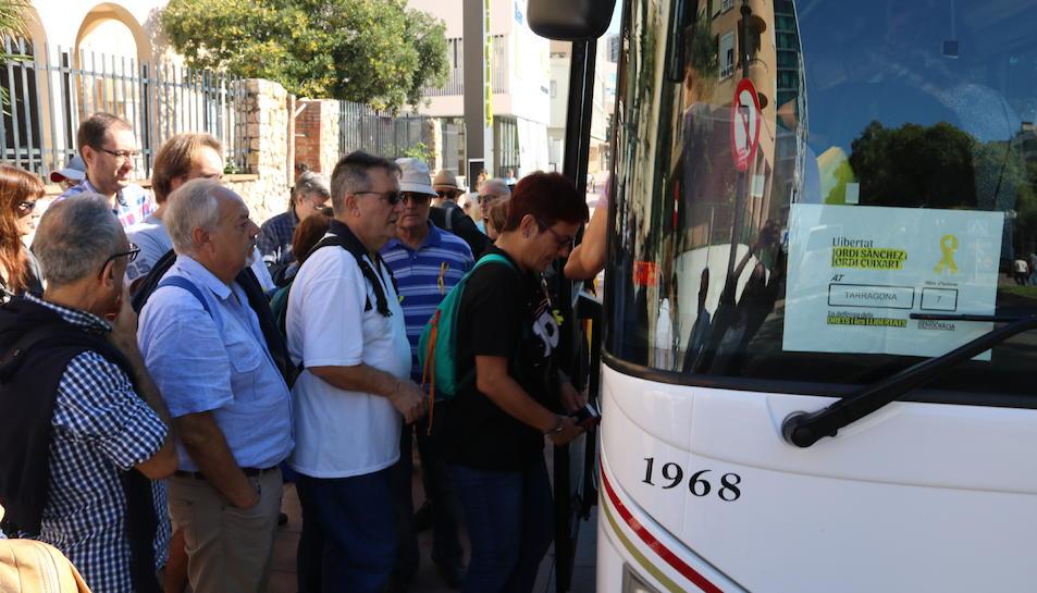 Diversos passatgers de Tarragona pugen a un dels autobusos que va cap a la concentració de Barcelona. Imatge del 21 d'octubre de 2017
