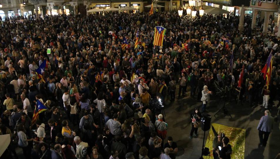 Pla obert de la plaça Mercadal en la concentració per la llibertat de Sànchez i Cuixart i resposta a l'135 a Reus. Imatge del 21 d'octubre de 2017