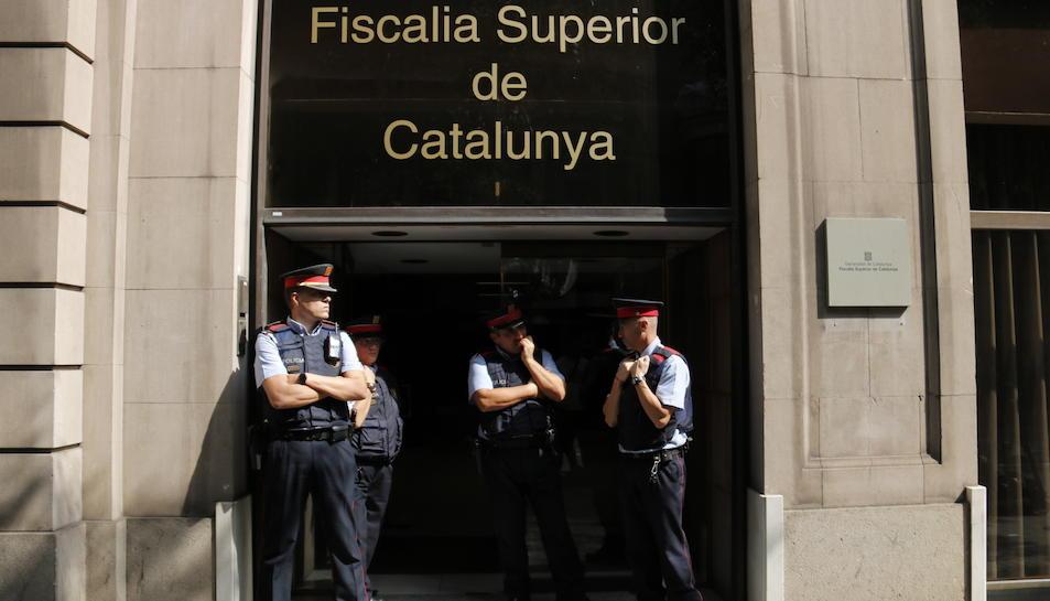 Mossos d'Esquadra custodiant la porta de la Fiscalia Superior de Catalunya