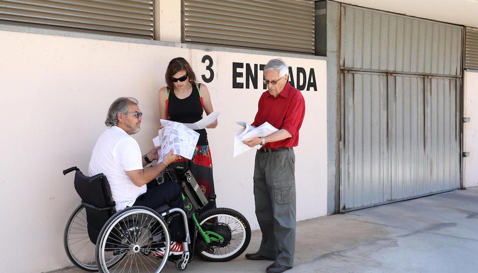 El president de la comunitat i Manuel Escudier revisen documents a la porta 3 de les cotxeres.