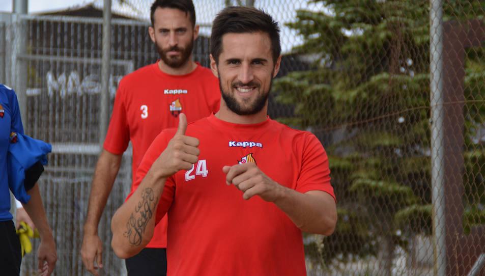 El polivalent aragonès somriu i aixeca el polze durant un entrenament d'aquesta temporada amb el CF Reus.