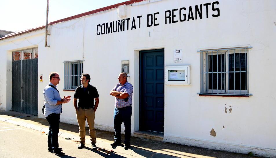 Imatge general del vicepresident de la Comunitat de Regants de Poble Nou, Josep Gilisbars, al centre, i el candidat crític, Jaume Roselló, a la dreta, amb l'assessor legal de la candidatura, davant la seu de l'entitat. Imatge del 23 d'octubre de 2017. (ho