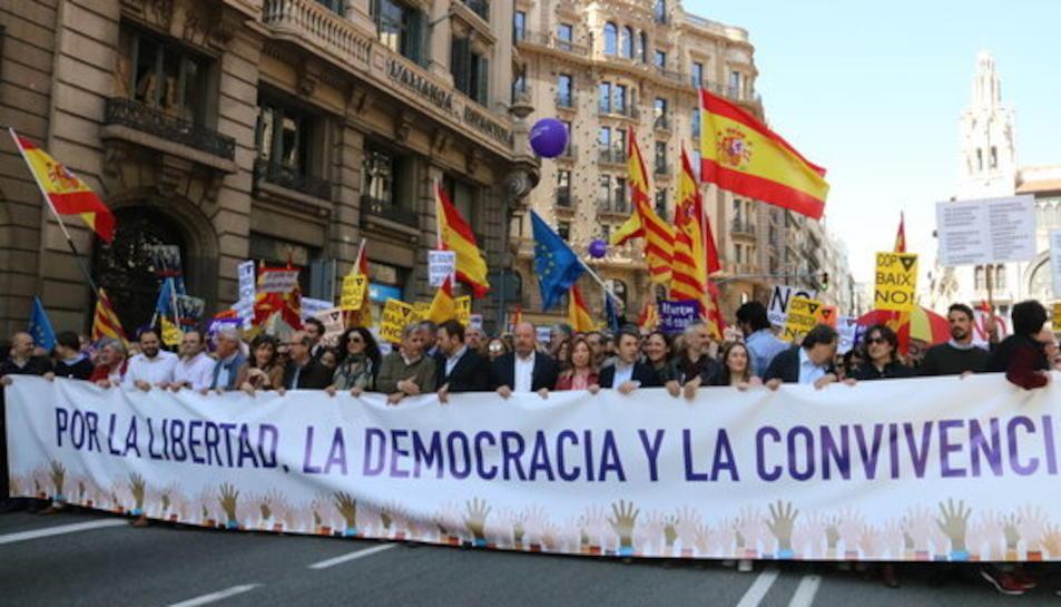 Pancarta que agafaven diverses autoritats polítiques i que obria la manifestació convocada per Societat Civil Catalana per aturar el