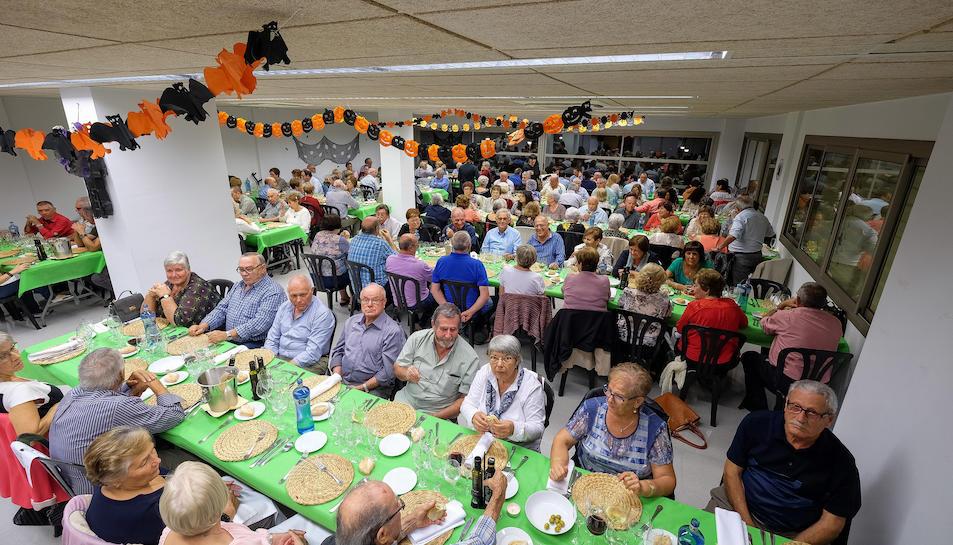 Els jubilats i pensionistes a la festa de la Castanyada.