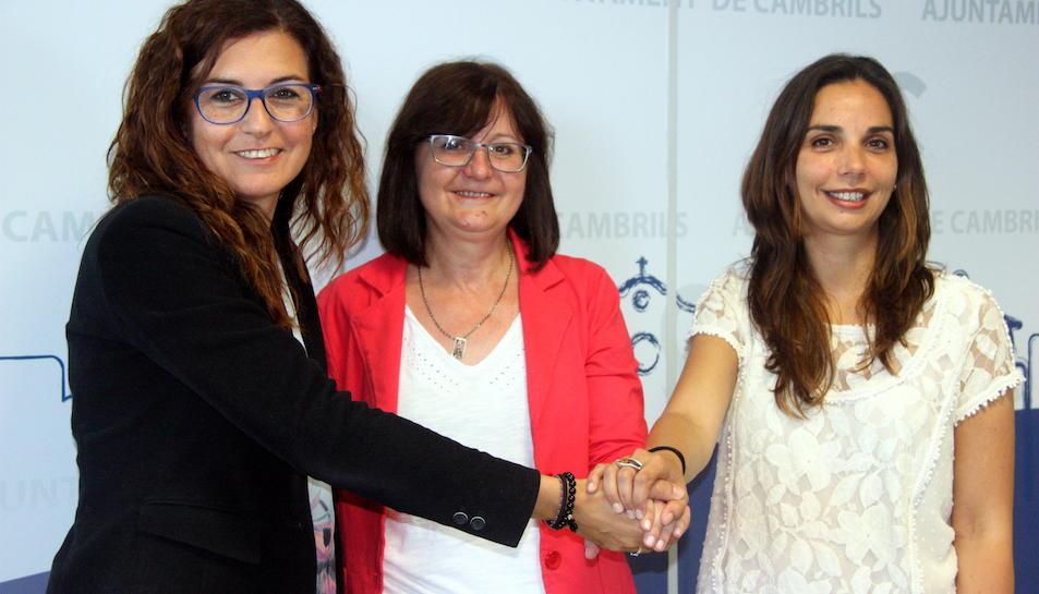 L'alcaldessa de Cambrils, Camí Mendoza (ERC), amb Mercè Dalmau (CiU) i Ana López (PSC).